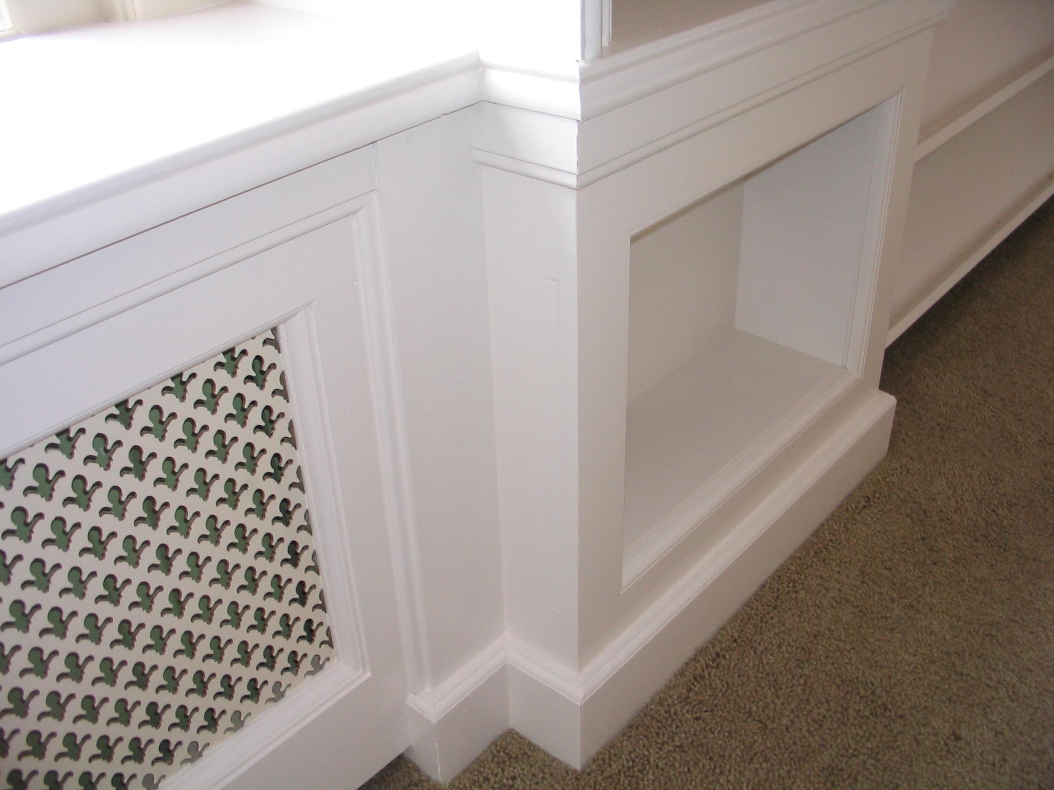 Deze radiatorkast is u00e9u00e9n geheel met de boekenkast en vensterbank. De ...